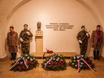 Čestný pochod čety vojáků